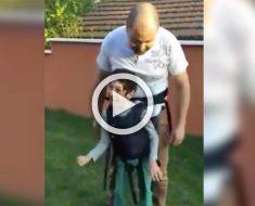 Su hijo paralizado no puede caminar, su padre hizo algo increíble. Mira la reacción del niño