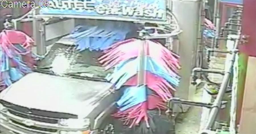 Cámara de seguridad graba esto durante el lavado de un vehículo. Ahora ATENCIÓN a la puerta del conductor 1