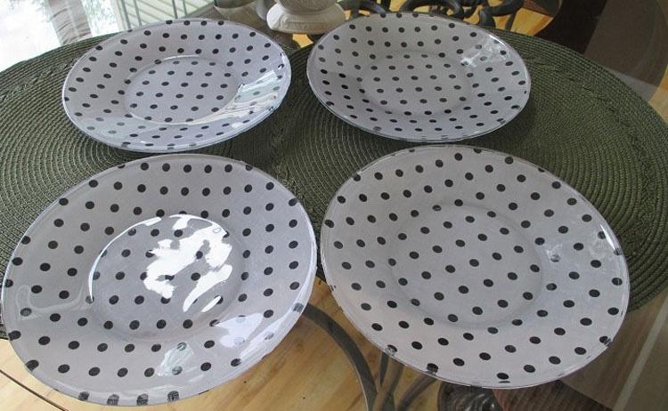 Compra tela y la pega sobre unos platos de cristal. Después les da la vuelta... ¡increíble!