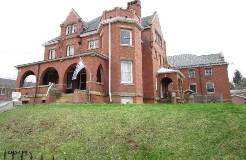 Esta enorme y hermosa casa se vende muy barata. La razón es escalofriante...