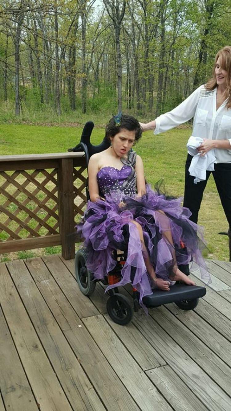 Su padre no puede asistir con su hija al baile de graduación. ¿Quién aparece en su lugar?