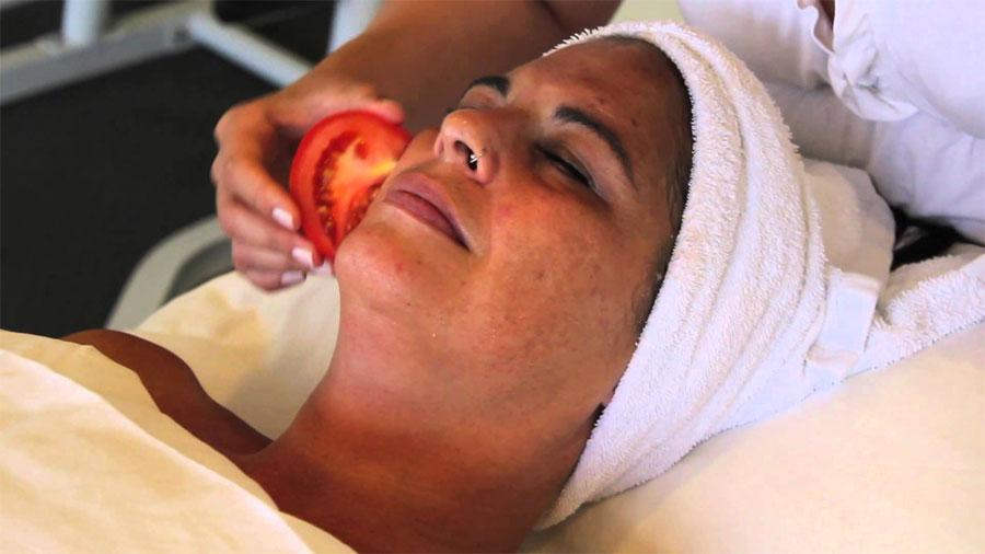 ¿Sabías que frotar un tomate fresco en tu cara durante unos segundos tiene este efecto?