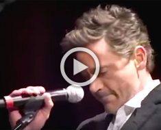 Robert Downey Jr. está nervioso cantando con Sting. Cuando comienza a cantar nos quedamos asombrados