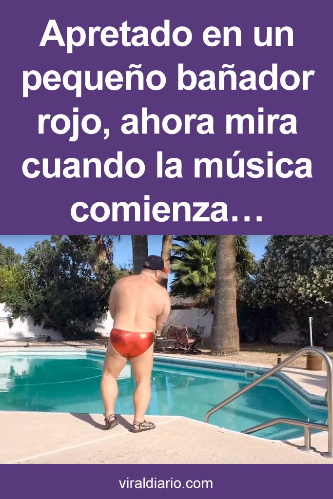 Apretado en un pequeño bañador rojo, ahora mira cuando la música comienza... ¡Hilarante!