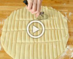 Usando un cortador de pizza, corta la masa en tiras. Su siguiente paso te hará salivar...
