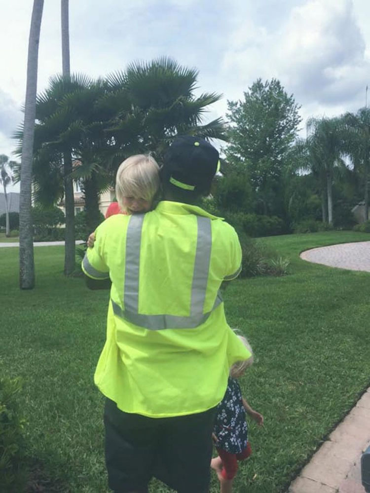 Graba a un empleado de limpieza haciendo esto con sus hijos, ahora el vídeo es viral