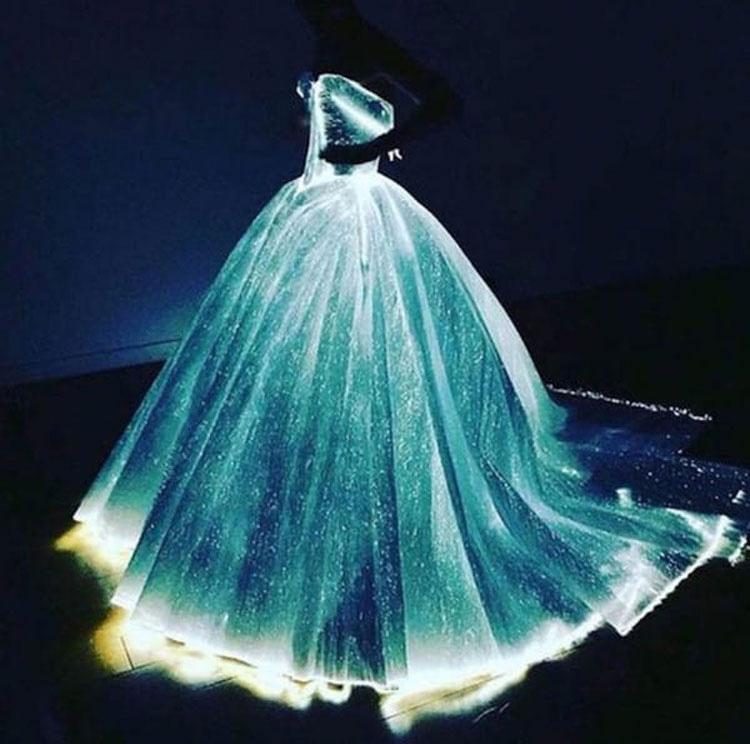 Su enorme vestido se ve hermoso, pero cuando vi que hacía esto en la oscuridad...