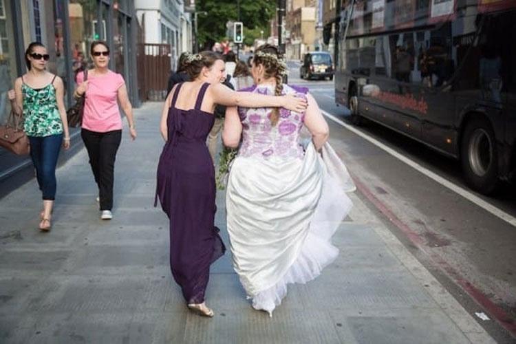 La novia se reúne con el novio en el altar. Luego mira de cerca su vestido de novia...