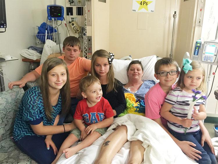 Antes de morir esta madre no sabe a quién dejar sus 6 niños. Ahora mira lo que hace su amiga ...1
