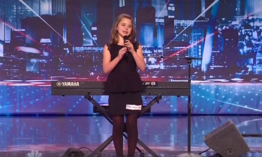 Esta chica nerviosa se para frente a los 4 jueces. Ahora espera a que se ponga detrás del piano ...