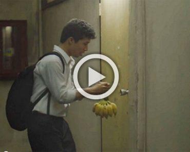 Pone plátanos en su puerta todos los días. Hasta que vi la razón por la que lo hace ...