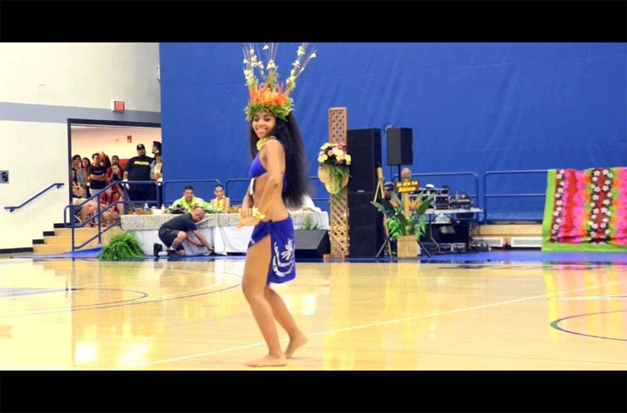 Cuando esta bailarina de Tahití comienza a bailar no serás capaz de mirar hacia otro lado...
