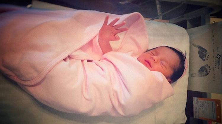 Estos padres notaron algo extraño en el ombligo de su recién nacida. Una semana más tarde ...