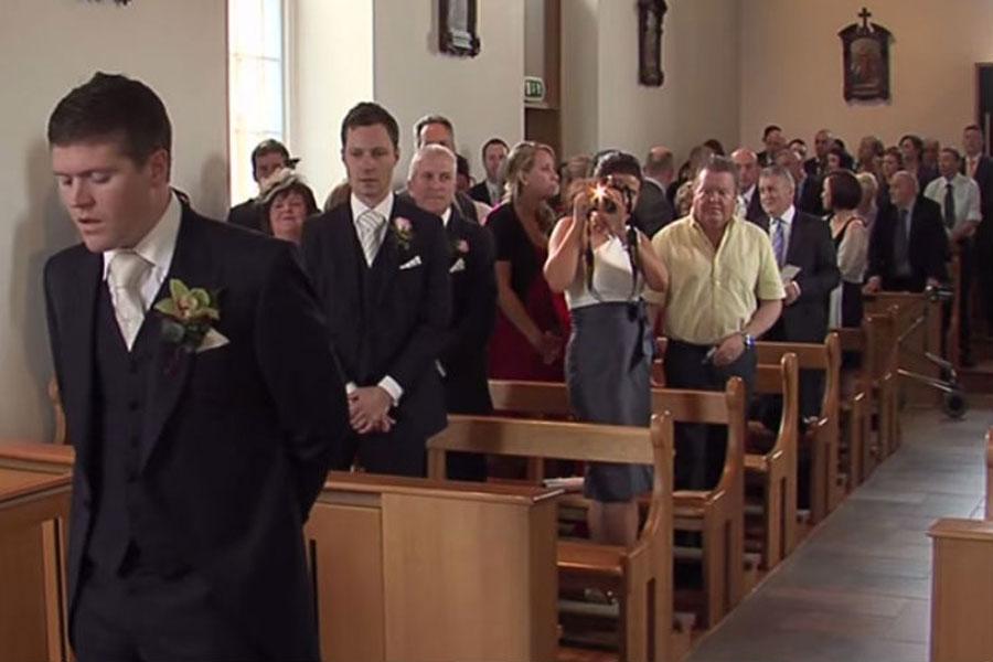 La novia estaba a punto de entrar por el pasillo, levantó la cabeza y SORPRENDIÓ a toda la iglesia