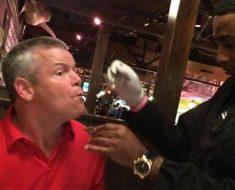 Corrió a por la cámara cuando un camarero hizo esto a su hijo discapacitado... ¡Y se hizo viral!