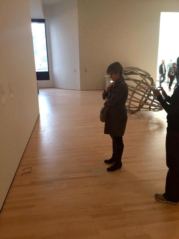 Unos adolescentes deciden hacer una broma en un museo de arte moderno. Y pasó ESTO...