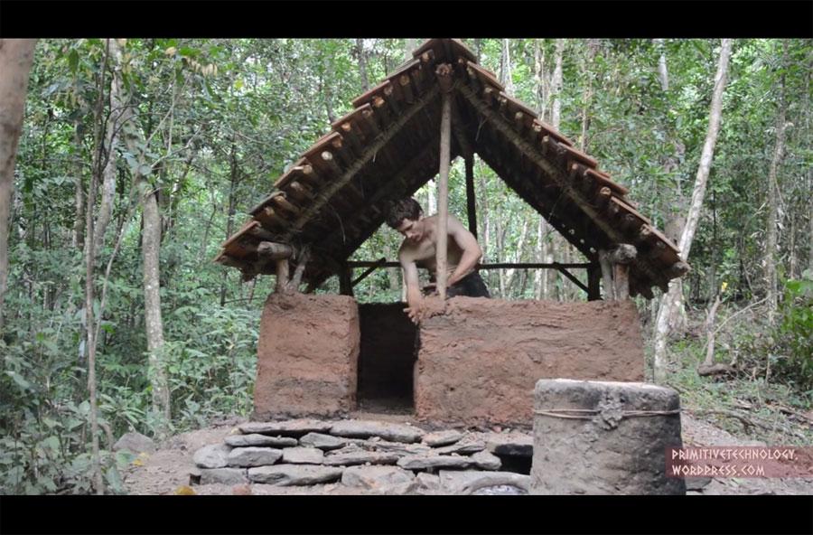 Este hombre construye una casa entera con sus propias manos. Mira el interior...