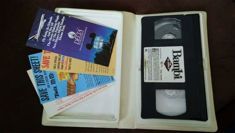 Está a punto de tirar a la basura unas viejas cintas VHS. Entonces hace un descubrimiento ASOMBROSO ...