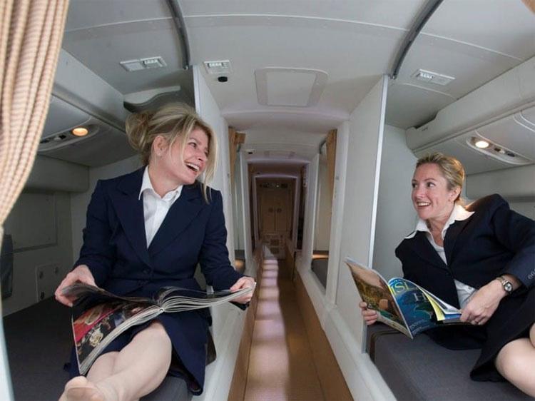La auxiliar de vuelo se encuentra en el 'compartimento secreto', mira lo que en realidad hay dentro