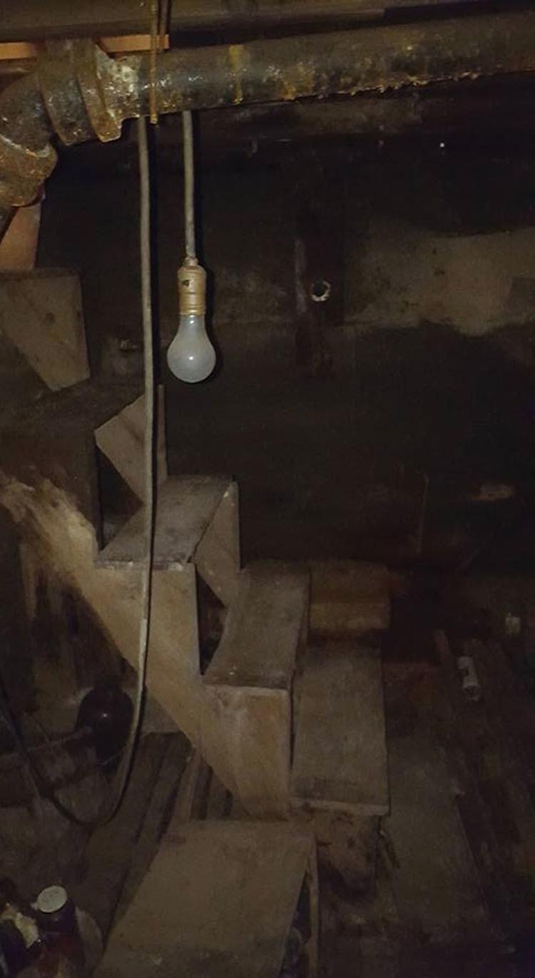 Bajo una alfombra vieja había una trampilla. Mira lo que había oculto en el sótano