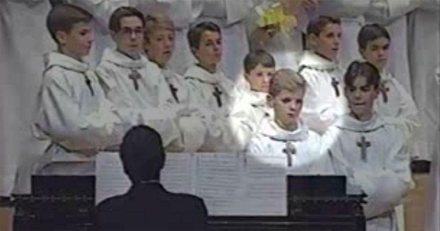 Este coro de niños subió al escenario y luego... ¡El público no lo podía creer!