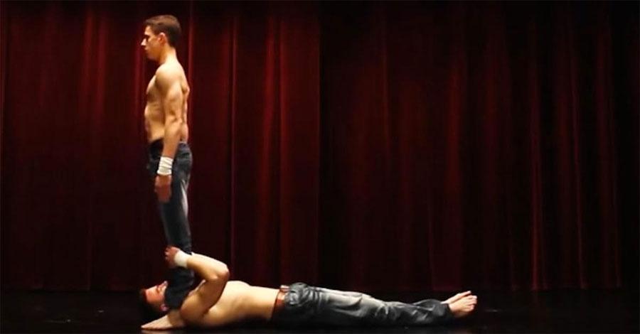 Se agarra a los tobillos de un hombre. Pero cuando éste comienza a moverse hacia delante... ¡Increíble! 1