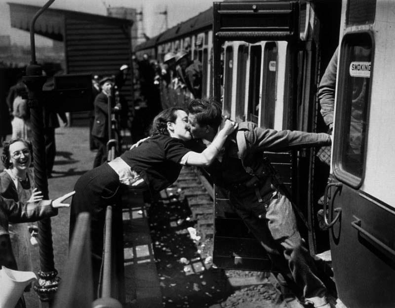 15 fotos vintage del amor en tiempos de guerra. La #10 es simplemente impresionante