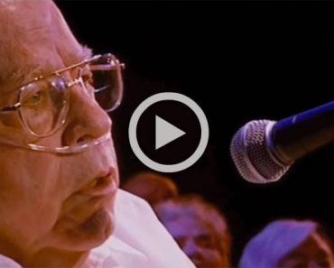 Un hombre de 80 años canta una canción clásica y el público reaccioná así de la emoción...