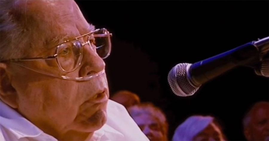 Un hombre de 80 años canta una canción clásica y el público reaccioná así de la emoción... 1