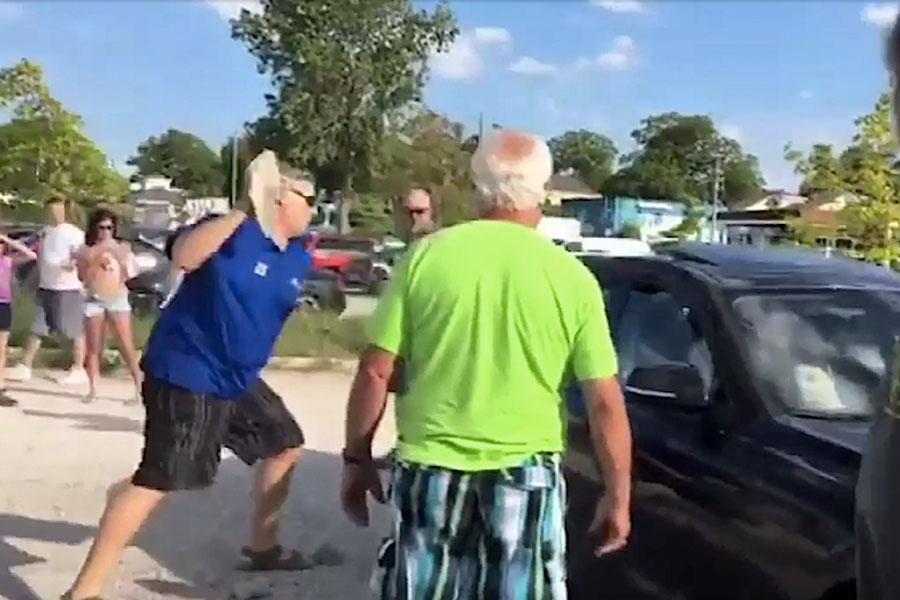 Un hombre furioso lanza una piedra al coche de una pareja. ¿Qué hay dentro?