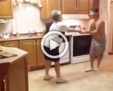 Esta madre y su hijo no podían conciliar el sueño, por lo que decidieron hacer esto en la cocina...