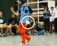 Este chico ríe mientras camina hacia el centro. Pero cuando levanta la cabeza, ¡increíble!