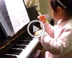 Esta niña de 3 años se sube al banco del piano, ¡ahora mira sus manos!