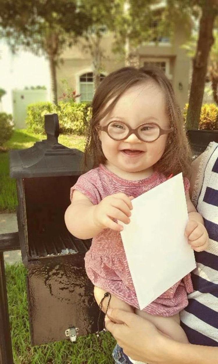 El médico le miente sobre su bebé. 15 meses más tarde, le avisa de lo que sostiene en sus manos