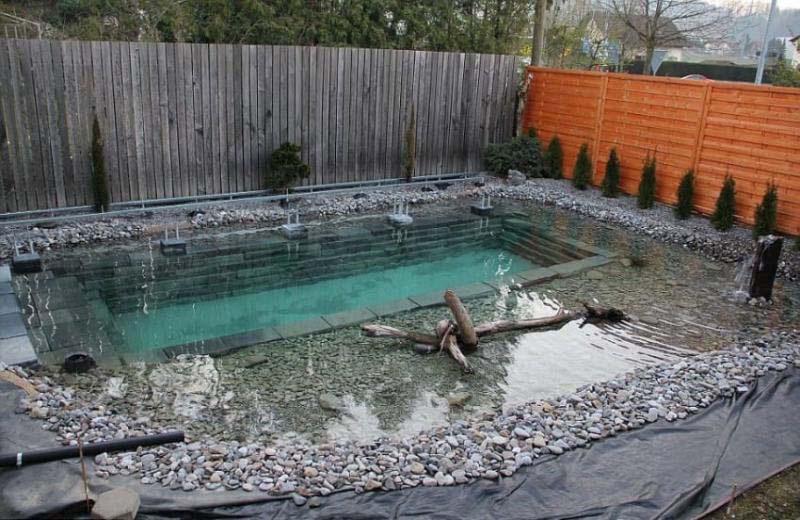 Su piscina parecía bastante normal, hasta que empieza a desbordarse. ¡No lo puedo creer!