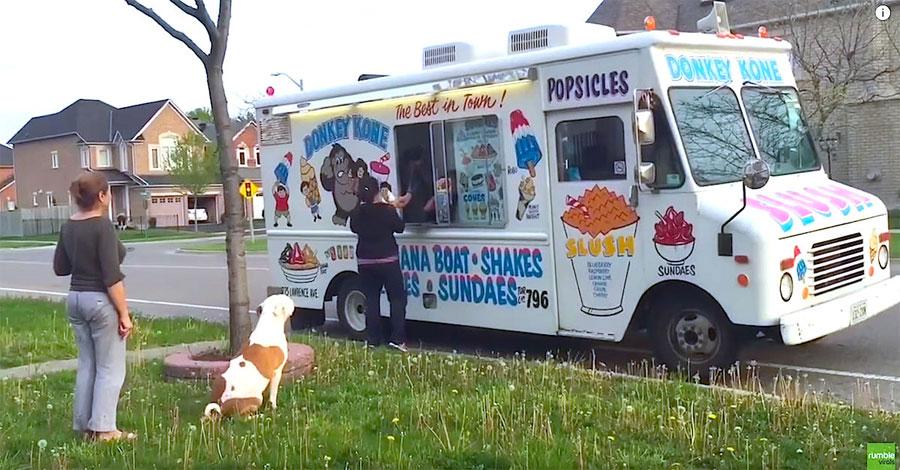El camión del helado se detiene, ahora atención al pit bull... ¡DIVERTIDÍSIMO! 1
