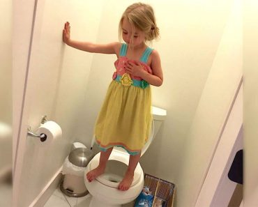 Mamá ve a su niña de 3 años así en el inodoro. Pero entonces se da cuenta de la HORRIBLE verdad ...