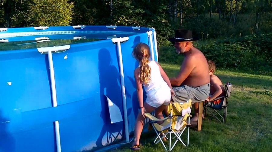 Este padre les dice a sus hijos que se sitúen a su lado. Tiene una gran sorpresa para ellos...