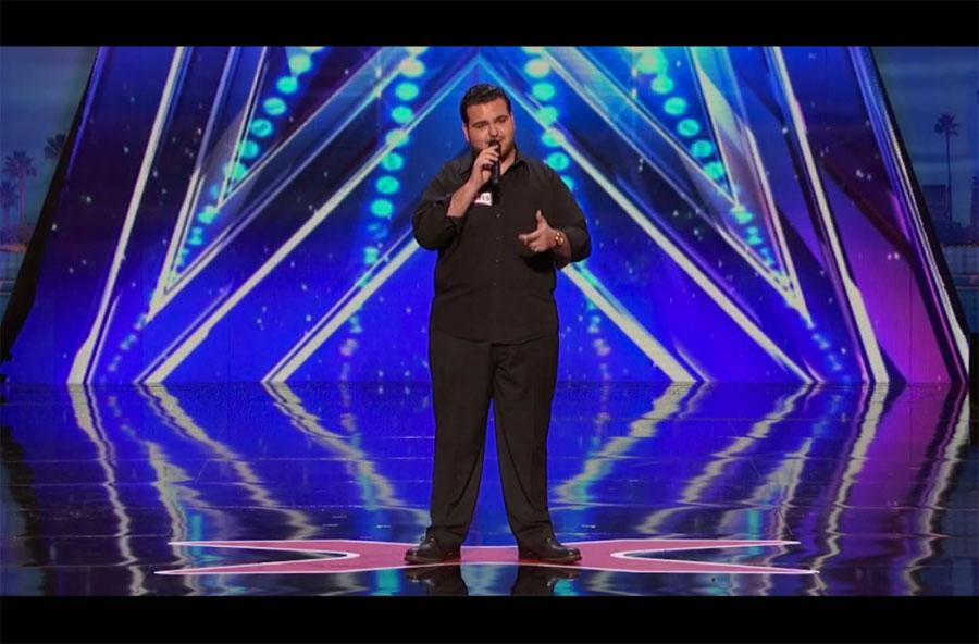 Este chico de 20 años tiene una voz ÚNICA. Cuando empieza a cantar ... ¡Increíble!
