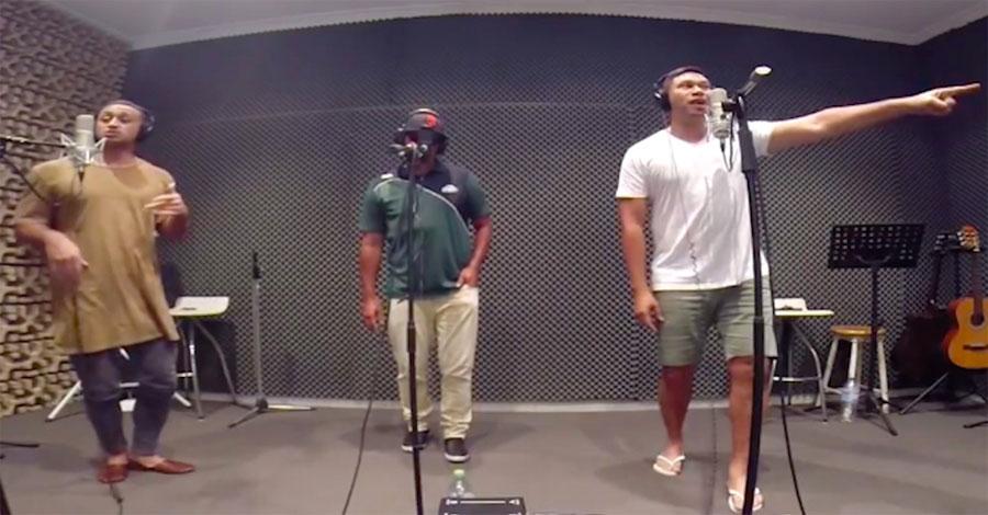 3 hombres cantan esta canción femenina, ahora escucha cuando el hombre de la derecha lo cambia TODO