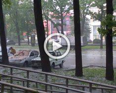 Durante una violenta tormenta de granizo en Rusia una señora hizo algo insólito...