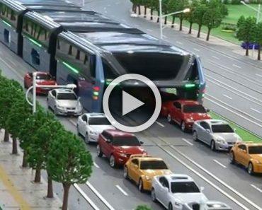 ¿Atascado en un embotellamiento? Este autobús hará que te olvides de ellos... ¡INCREÍBLE!