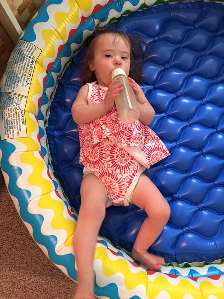 Unos extraños se paran a mirar a su pequeña niña con síndrome de Down. Luego, un hombre dice esto