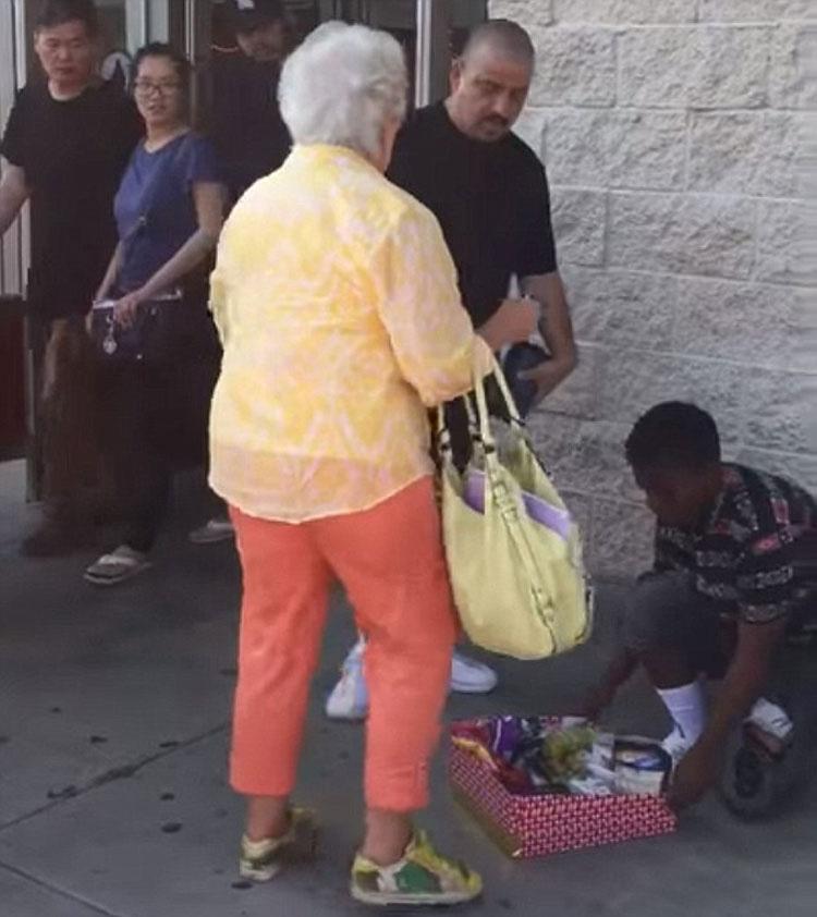 Esta anciana acosa a una niña que vende dulces, ahora mira lo que hace el hombre de negro ...