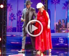 Conducen a la participante de 90 años hasta el escenario. Mira bien su falda roja ...