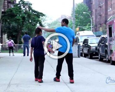 Su padre le da dinero para un helado. Pero antes se encuentra a una persona con mal aspecto...