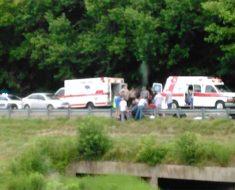 Esta foto de un accidente de moto fatal es viral. Mira entre los coches y lo verás