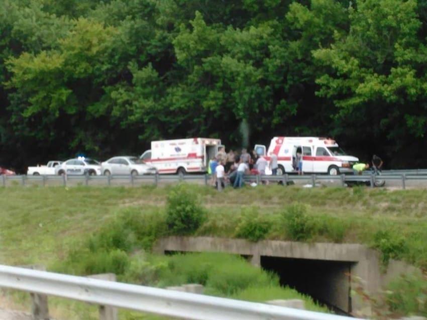 Esta foto de un accidente de moto fatal es viral. Mira entre los coches y lo verás 1