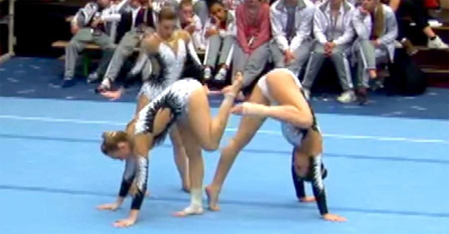 Parece que dos gimnastas están a punto de golpearse, pero atención a la tercera ... 1