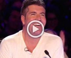 Simon muestra una enorme sonrisa cuando ve a 15 bailarinas de rojo en el escenario